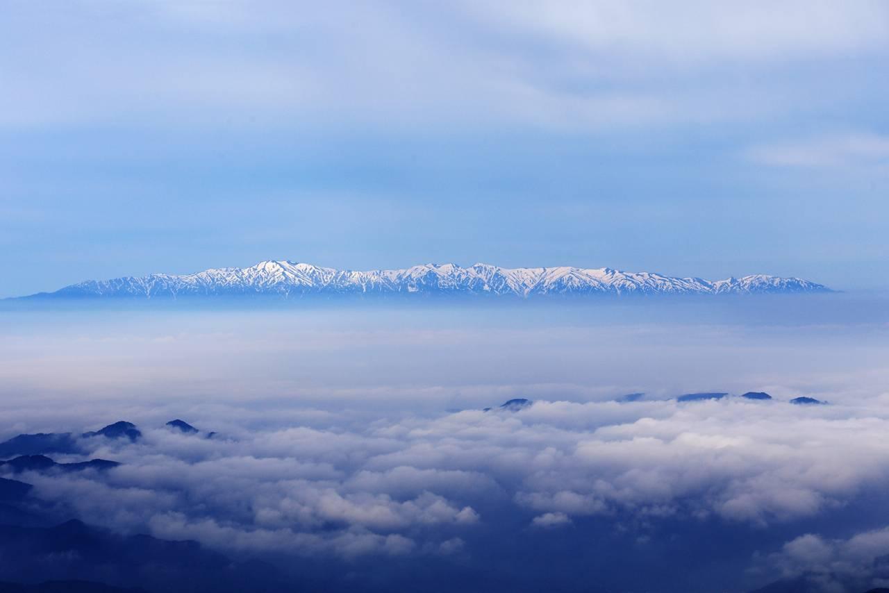 蔵王、御釜周辺からの朝の景色(春)