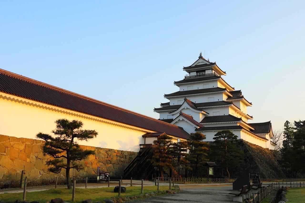 鶴ヶ城の朝と桜カーペット